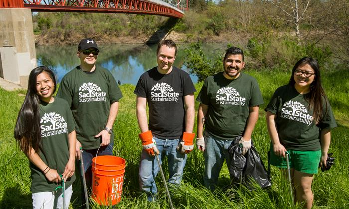 sac state sustainability students participate in american river clean up event.